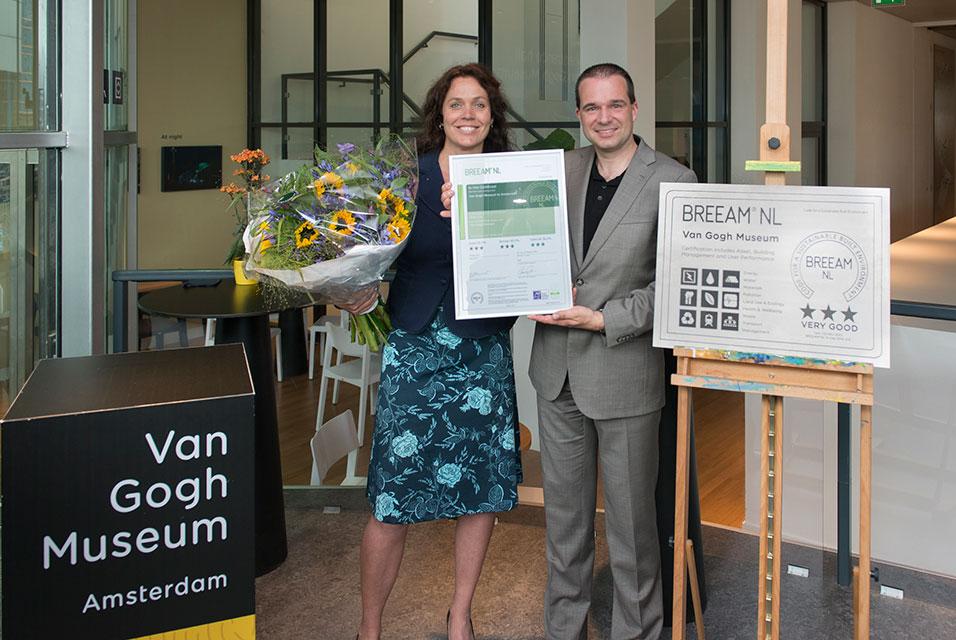 Адриан Денжельман принимает сертификат BREEAM-NL. Фото: Jan-Kees Steenman.
